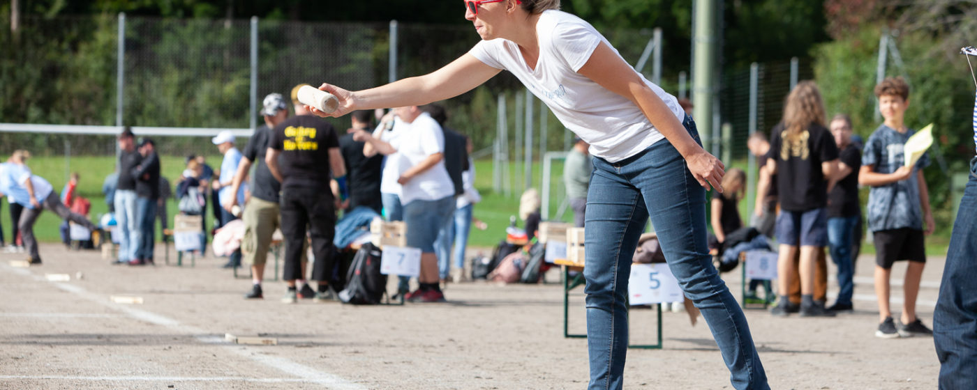 Mölkky Schweizermeisterschaft 2019, was organised by SVFF regional group Zürich and Team Flugschneisenwerfer on 28th September in Hinwil. It was a beautiful day with 27 Teams competing of the champions titel. The atmosphere was relaxed and everyone seemed to enjoy playing & having fun!