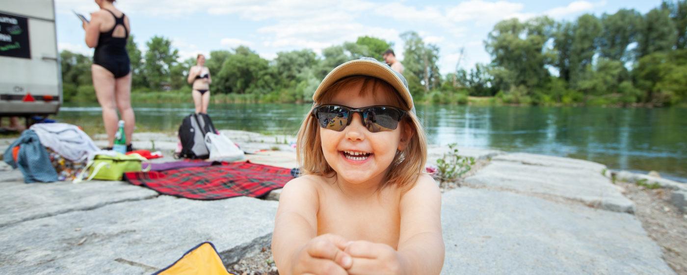 SVFF Gruppe Zürich Mittsommerfest am Rhein mit Sauna. Die Finnin Helmi Lindholm, 3 Jahre, war die jüngste Saunagast.